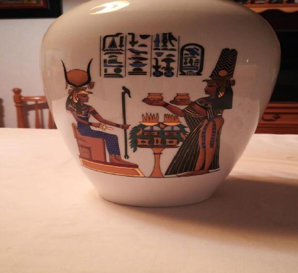Jarrón con escenas egipcias en color y oro sobre fondo