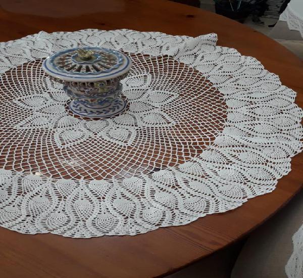 Tapete de ganchillo con hilo de perlé. para mesa redonda.