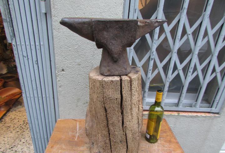 Yunque antiguo en hierro sobre madero 45 kgs. bigornia dos