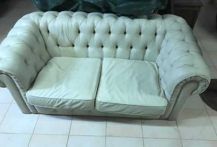 Sofa chester dos plazas, piel color blanco roto, es de
