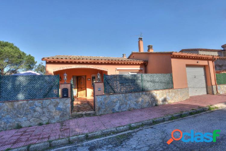 Bonita casa con vivienda independiente, cómoda y funcional, con muy buen jardín.