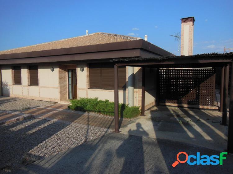 Layos. chalet independiente en urbanizacion con 176m2 de casa y 788 m2 de parcela, piscina privada