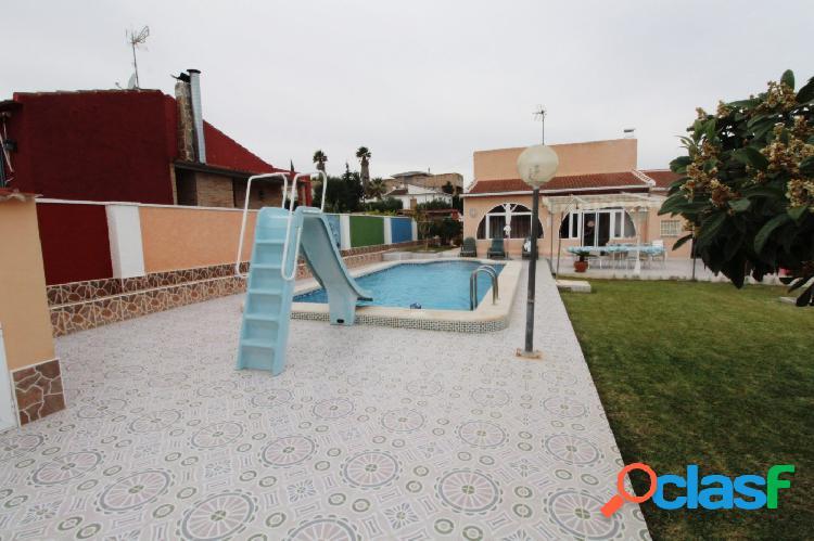 Villa independiente con piscina privada.