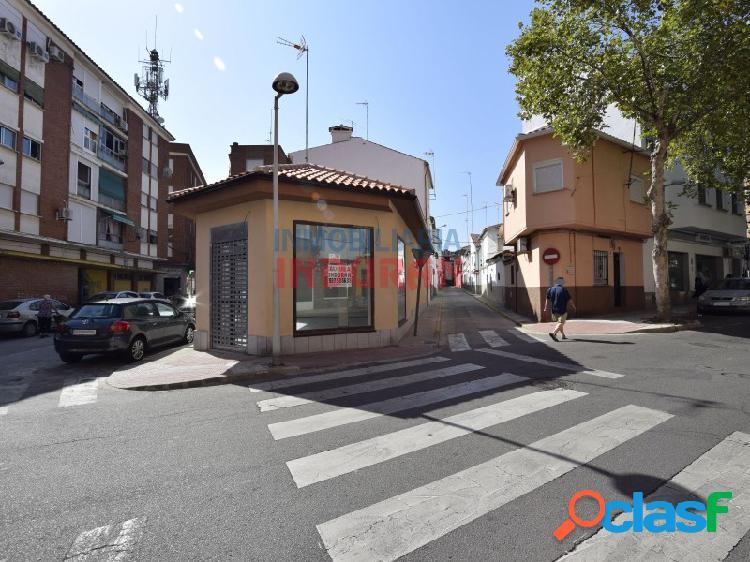 Local comercial céntrico y acondicionado de 79,76 m2 con escaparates en cada una de las fachadas que dan a la calle (navalmoral de la mata)