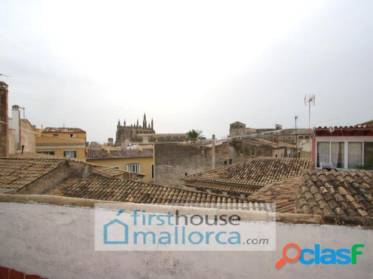 Casa en venta, dividida en tres pisos, en pleno centro