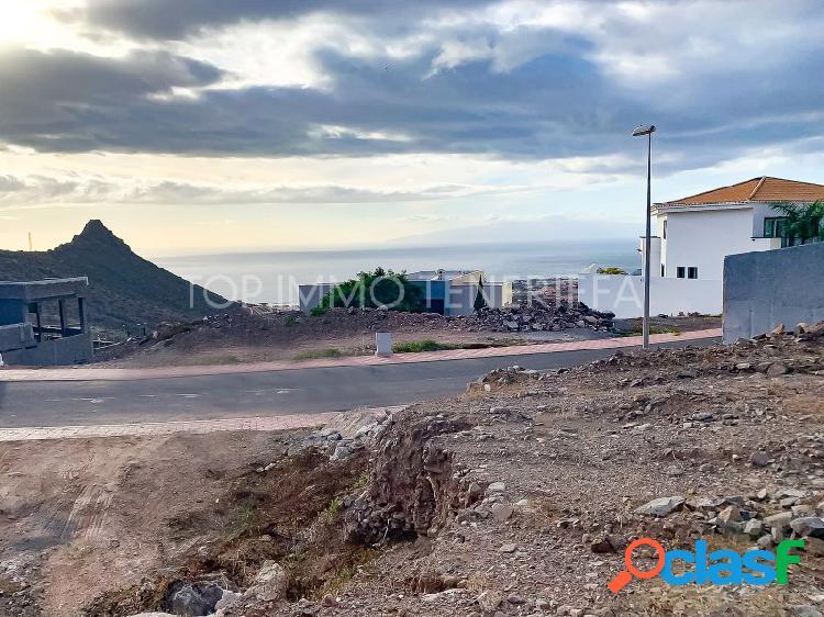 Parcela urbana con vistas a costa adeje y al mar