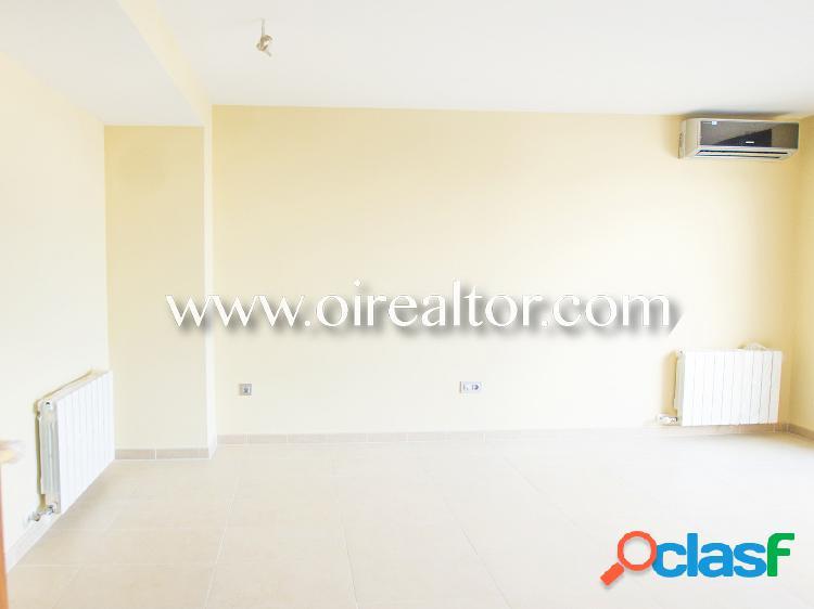 Acogedor ático-dúplex interior en venta con terraza y tres habitaciones en Calella, Barcelona