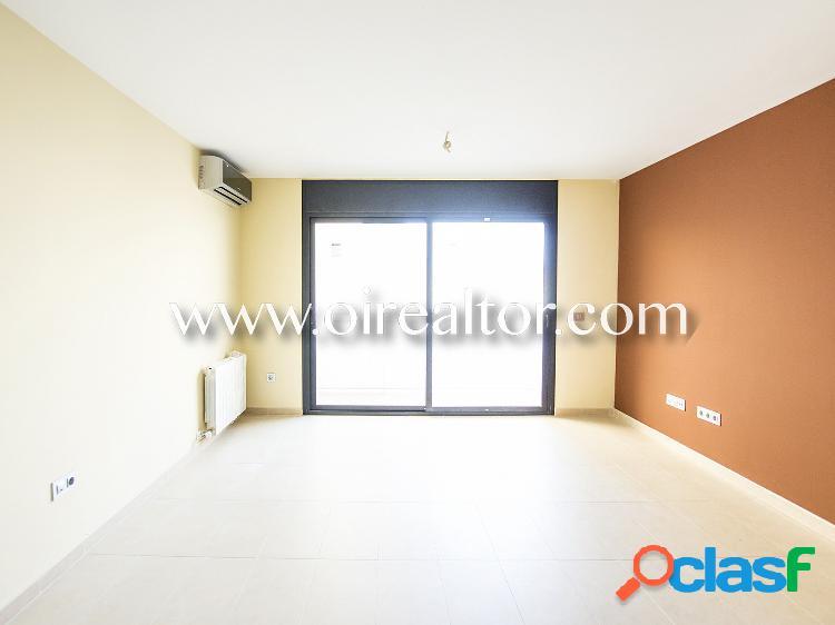 Acogedor ático-dúplex interior en venta con terraza y tres habitaciones en Calella, Barcelona 1