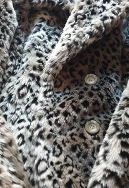 Abrigo de pelo estampado leopardo de las nieves
