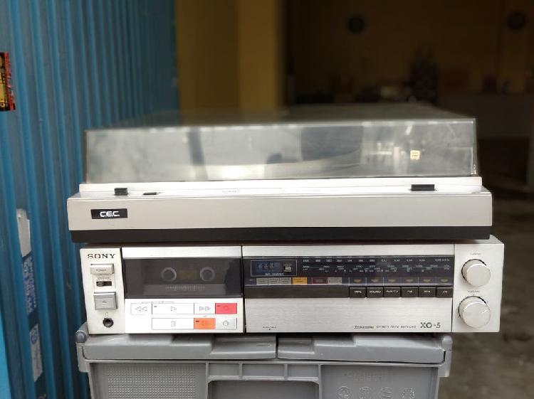 Amplificador-reproductor con altavoces y plato