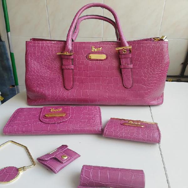 Bolso rosa con accesorios