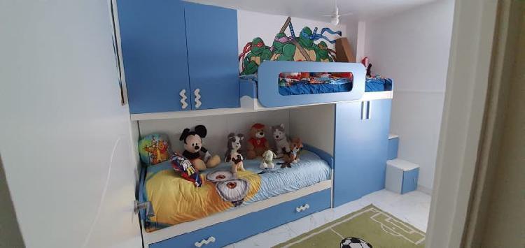 Dormitorio juvenil con escalera de cajones