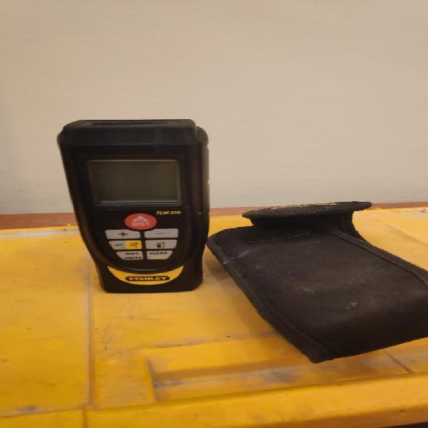 Medidor laser stanley y cintas métricas.