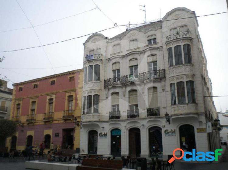 Local adaptado haciendo esquina con fachada a plaza de la soledad