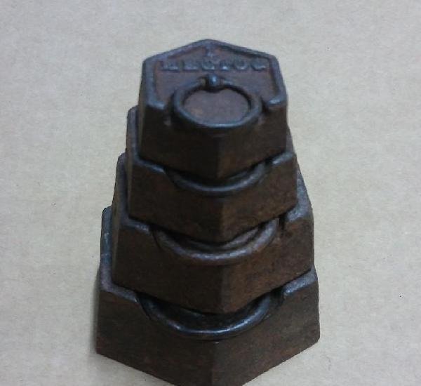 Antiguo juego de 4 pesas para balanza, forma hexagonal.