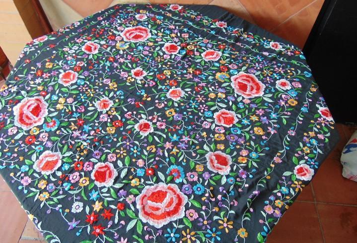 Antiguo manton de manila bordado con adornos florales