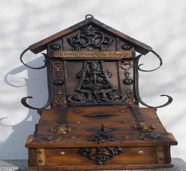 Limosnero de madera,metal y forja