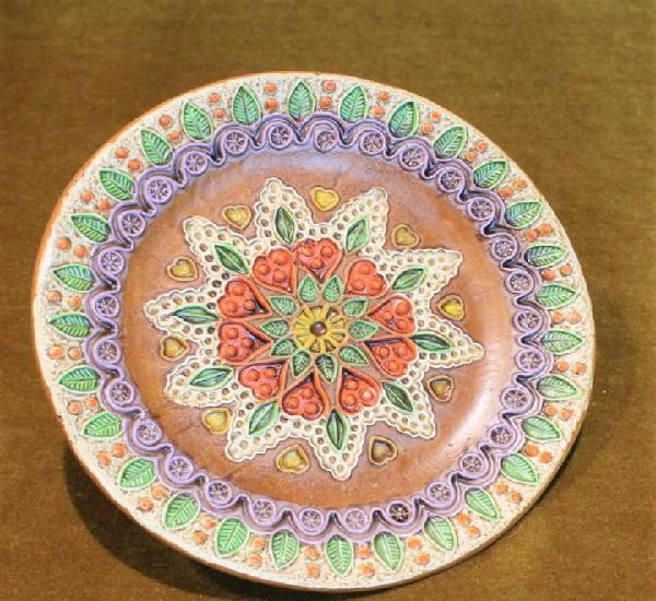 Plato de cerámica, bellamente decorado.soporte para colgar