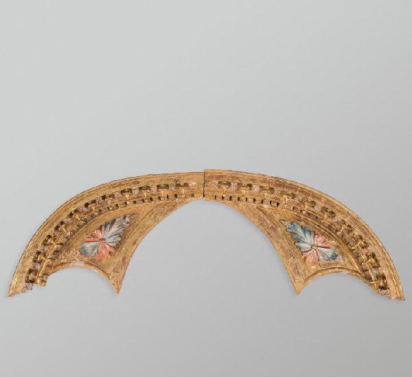 Tímpano compuesto por dos fragmentos en madera tallada y