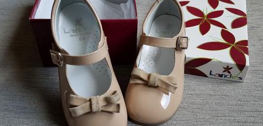 Zapatos charol color arena de piel. marca landos