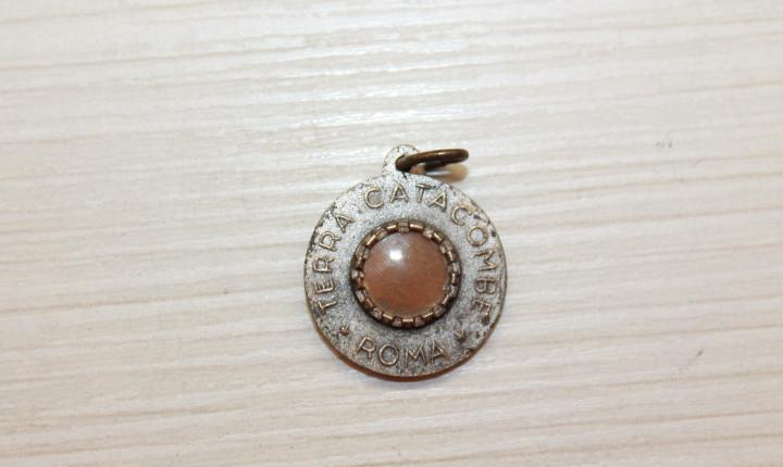 Medalla con reliquia pablo vi tierra de catacumba