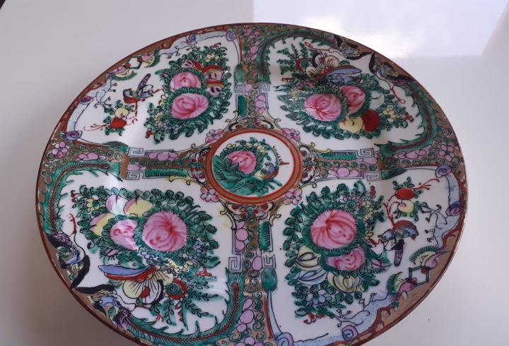 Antiguo plato en porcelana china de macao pintado a mano con