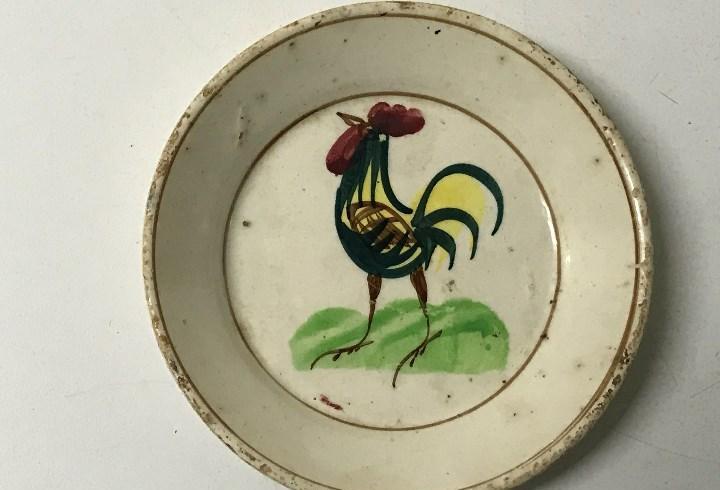 Antiguo plato con gallo, creo que es de loza de alcora, mide