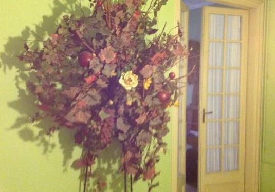 Composición floral con trípode