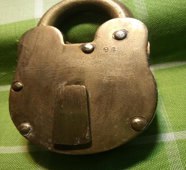 Enorme candado de hierro. con llave y funcionando. 732