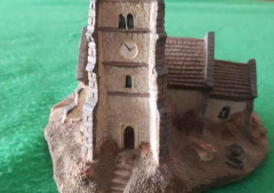 Iglesia de resina medidas 14x10 cms