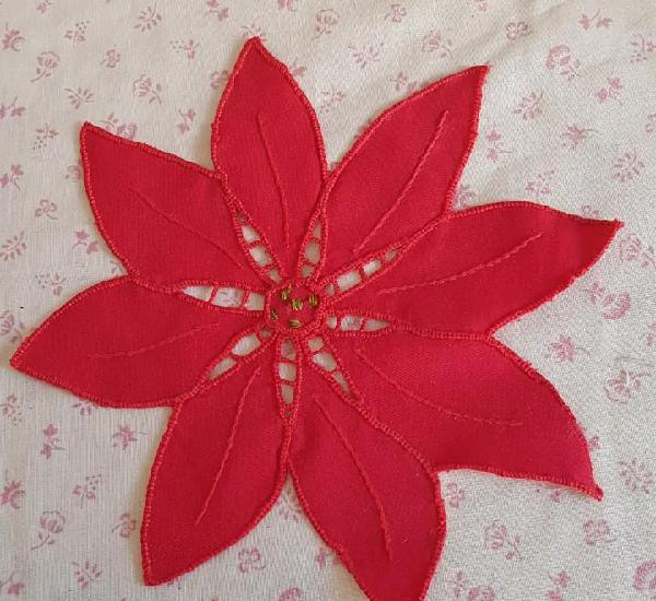 La68 - mantelito rojo flor de pascua - 21 x 20 cm.