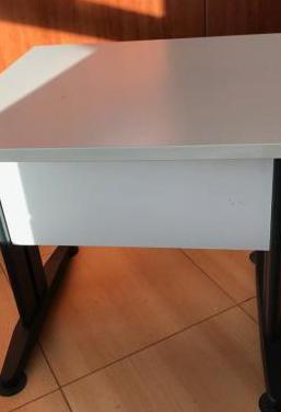 Mesa con patas metálicas ideal oficinas