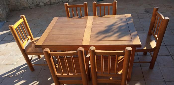 Mesa de madera maciza con seis sillas a juego