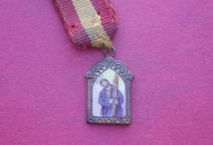 Pequeña medalla antigua con esmalte jesús del gran poder.