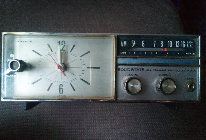 Radio reloj marca candle solid state japan mide 18 x 9 cm