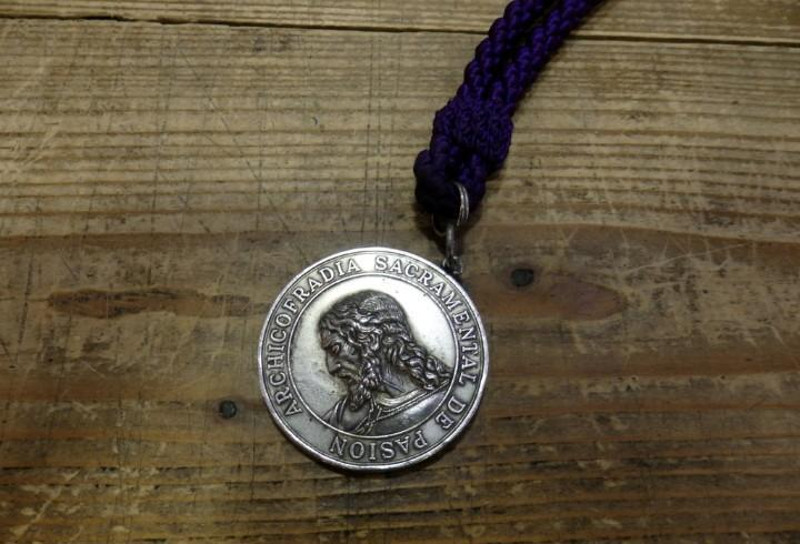 Semana santa de sevilla - antigua medalla con cordón de la