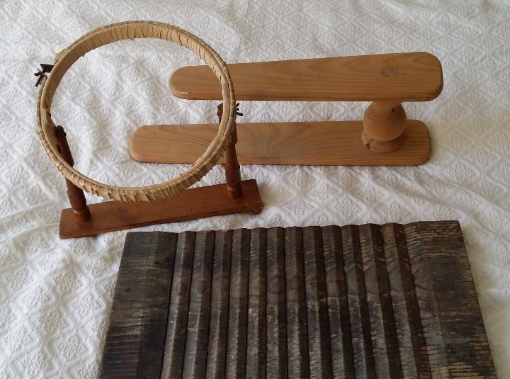 Tres (3) utensilios de hogar, madera
