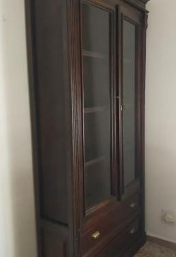 Conjunto de vitrina, mesa, sillas y mesa de centro