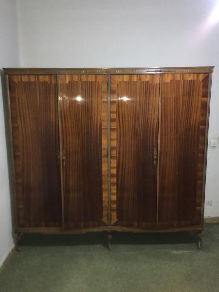 Antiguo armario ropero de los años 60 vintage