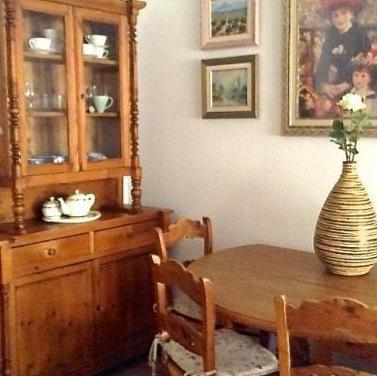 Conjunto de aparador con vitrina, mesa y 4 sillas