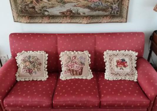 Elegante sofá de tres plazas