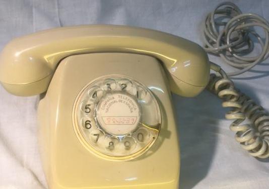 Un telefono sobremesa antiguo analogico