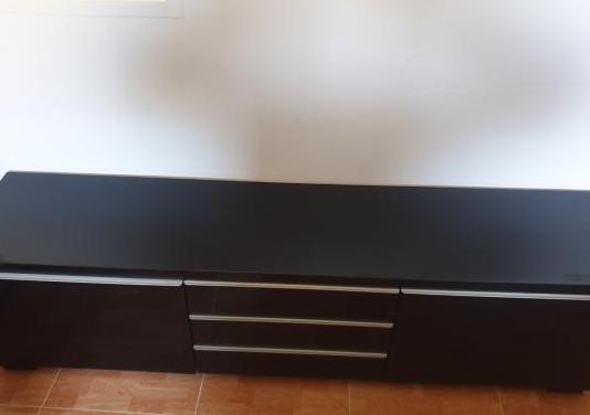 Mesa y mueble negro