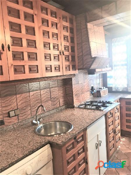 Vivienda en zona babel de 110 m2, muy luminosa, 3 dormitorios, 1 baño, 1 aseo, cocina independiente, terraza acristalada, suelo de parquet, armarios empotrados, despensa, 7ª planta con ascens