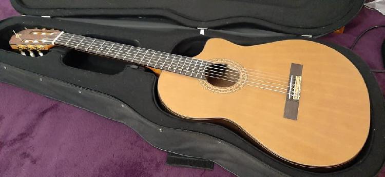 Guitarra clásica española con cutaway