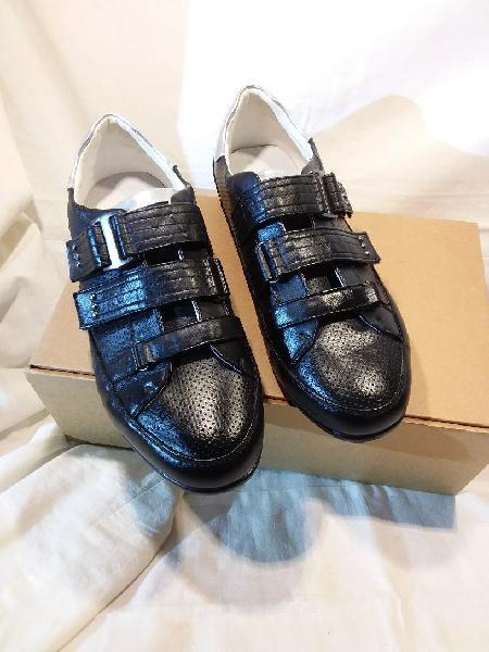 Zapato deportivo negro chico, cierre de velcro