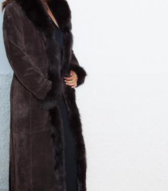 Hermoso abrigo de piel con cuello de zorro. tal. s