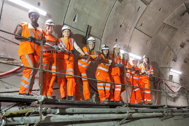 Trabajadores de la construcción e ingenieros puestos de