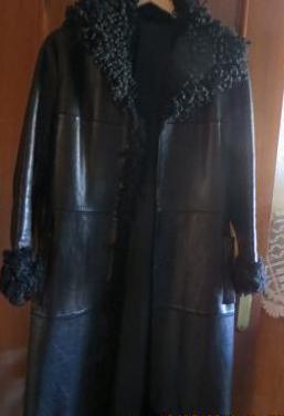 Abrigo de cuero en color negro
