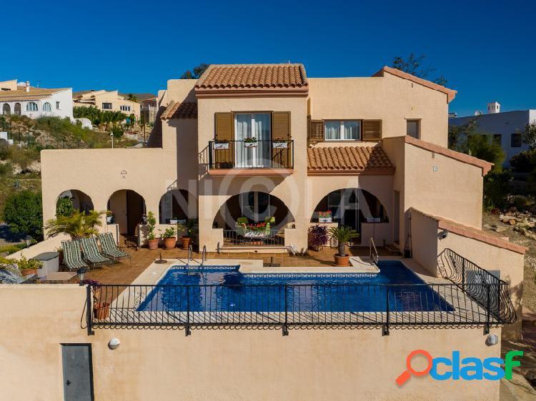 Villa con 4 dormitorios y 5 baños en El Pinar de Bédar.